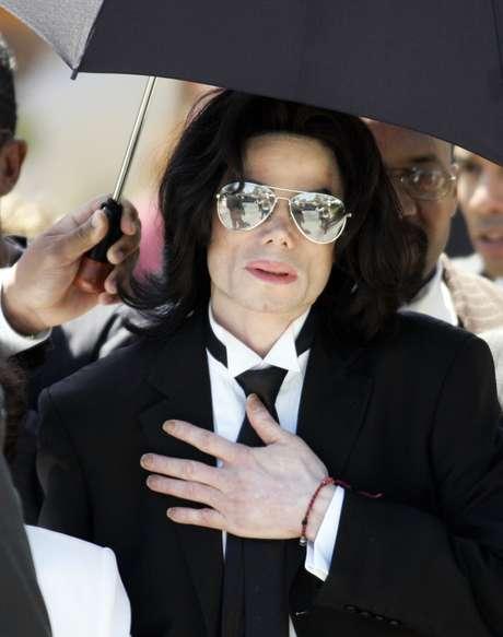 Michael Jackson deixa o tribunal do condado de Santa Bárbara após ser considerado inocente em todas as dez acusações de abuso sexual infantil em Santa Maria, Califórnia, nesta foto de arquivo de 13 de junho de 2005.  REUTERS/Gene Blevins