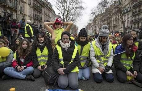 """Protesto dos """"coletes amarelos"""" em Paris, na França, em 6 de janeiro"""