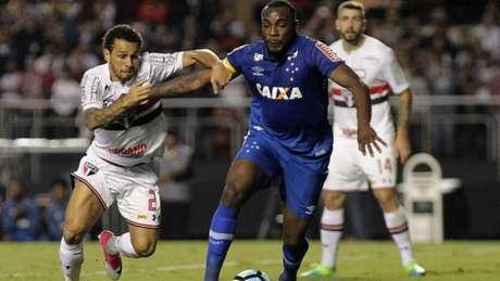 Zagueiro Manoel em ação pelo Cruzeiro (Foto: Daniel Vorley/AGIF)