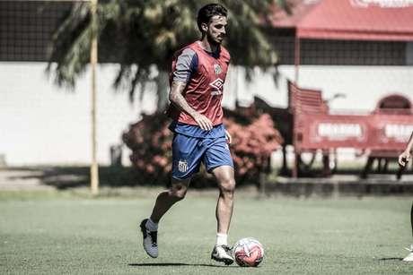 Ruiz treina de colete na pré-temporada: meia quer mais oportunidades em outro time (Foto: Ivan Storti/Santos)