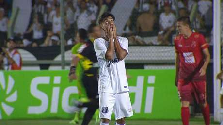Lucas Lourenço lamenta uma chance perdida (Foto: Reprodução/TV)