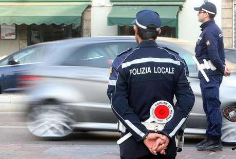 Agentes de polícia fazem blitz em Milão, na Itália