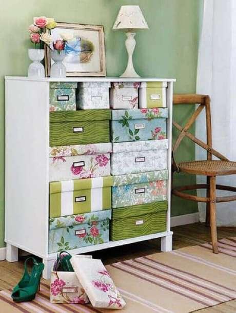10. Você pode fazer a sua própria caixa organizadora de papelão utilizando caixas de sapatos decoradas – Foto: Báo Mới