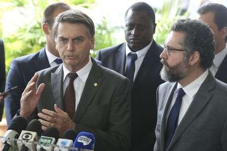 Bolsonaro apresenta Ernesto Araújo como ministro das Relações Exteriores