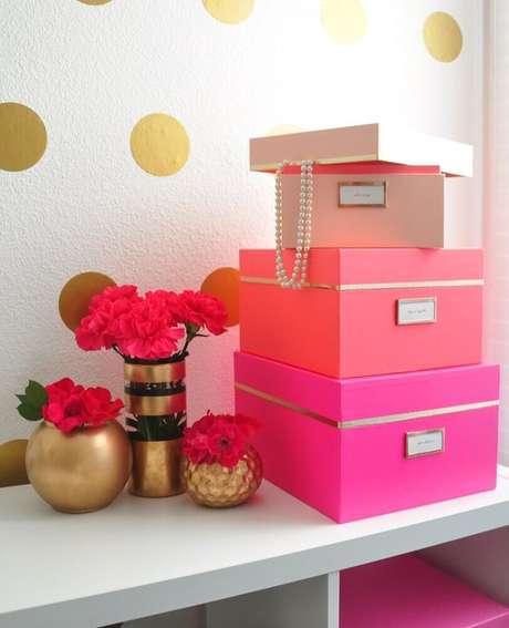 16. Decoração bem delicada e feminina com caixas organizadoras com tampa e etiqueta – Foto: Air Freshener