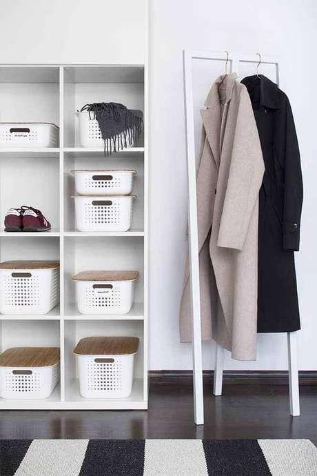 18. Decoração clean para closet com caixa organizadora com tampa – Foto: Meillä kotona
