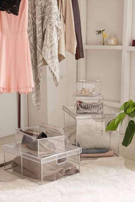 20. As caixas organizadoras de acrílico são lindas e ótimas para ficar expostas na decoração do closet e quarto – Foto: Urban Outfitters