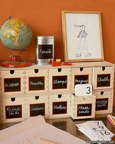 23. Etiquetar as caixas organizadoras facilita o dia a dia – Foto: Roses and Rust