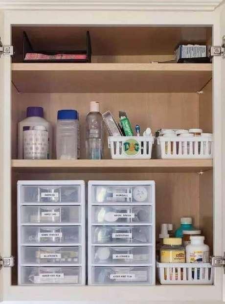 29. Armário de banheiro organizado com caixa organizadora plástico – Foto: Pinterest