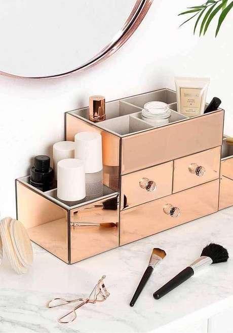 33. Que tal investir em uma linda caixinha organizadora para deixar na sua penteadeira? – Foto: Pinterest