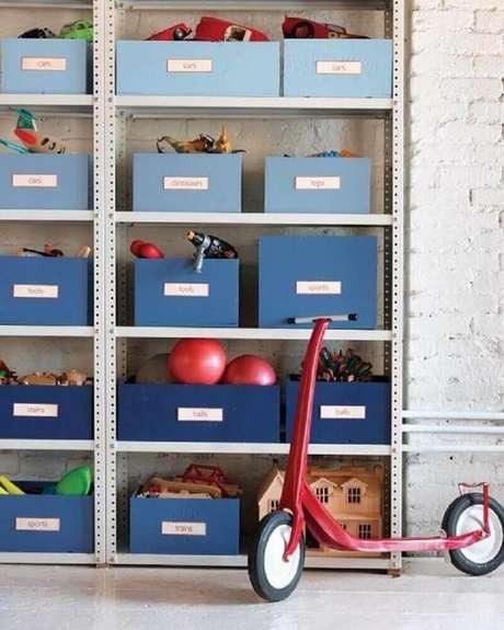 35. A caixa organizadora infantil também pode receber etiquetas para guardar os tipos de brinquedos no lugar certo – Foto: Swanocean