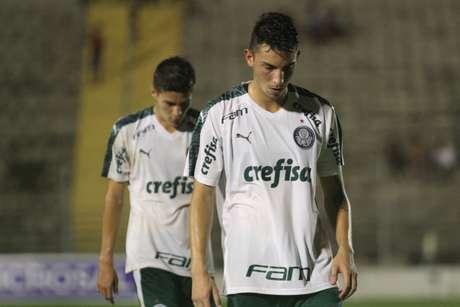 Jogadores do Palmeiras lamentam na partida contra o Capivariano, válida pela terceira rodada do Grupo 13 da Copa São Paulo de Futebol Júnior, na Arena Capivari, em Capivari, interior de São Paulo, nesta quarta-feira, 09. O Capivariano venceu por 1 a 0