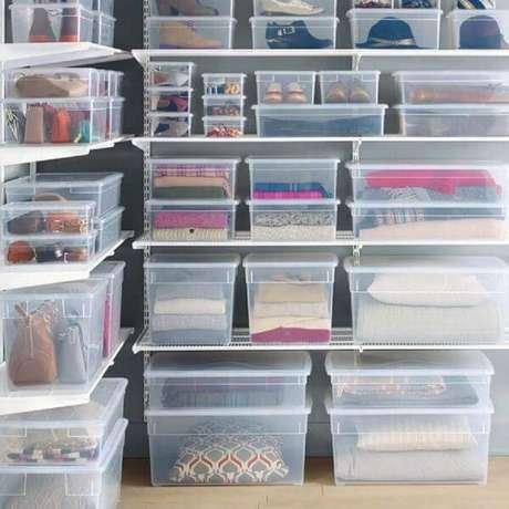 39. O closet ficou muito mais organizado utilizando as caixas organizadoras com tampa – Foto: Homebnc