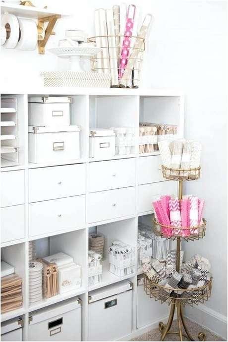 40. Decoração clean para armário com caixa organizadora grande e pequena – Foto: Huis Decoreren Ideeën