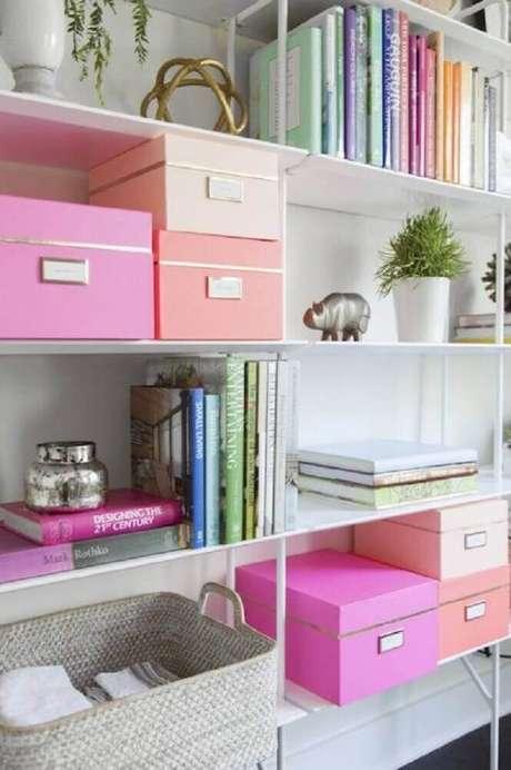 41. Decoração clean para estante com caixas organizadoras com tampa e etiqueta – Foto: Health Choise