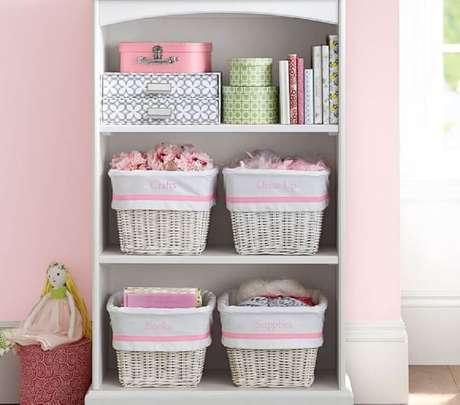 42. A estante ficou super charmosa decorada com caixas organizadoras – Foto: Pottery Barn Kids
