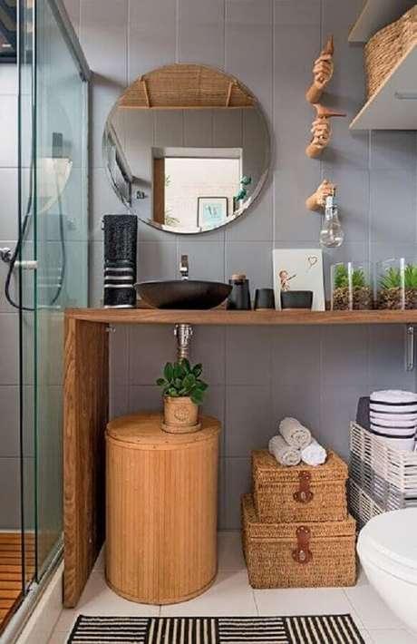44. As caixas organizadoras feitas em fibras naturais deram um charme super especial para a decoração do banheiro – Foto: INDI Studio