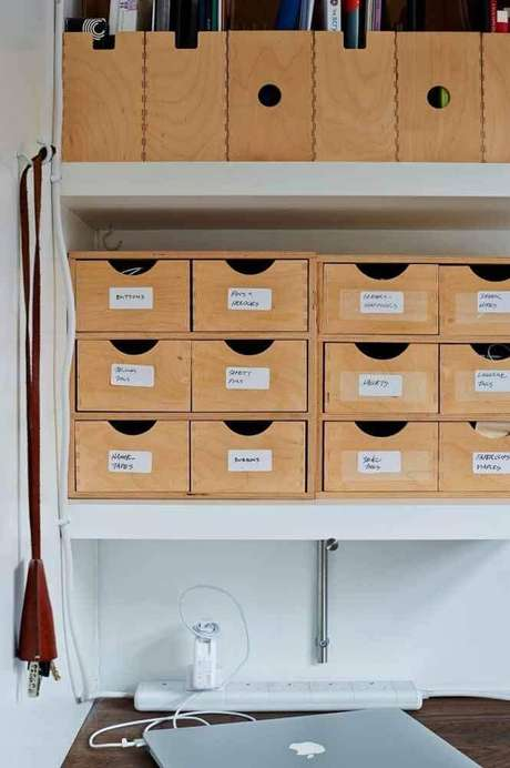 45. As caixas organizadoras são ótimas para manter os documentos no home office sempre em ordem – Foto: Home Decorating Ideas