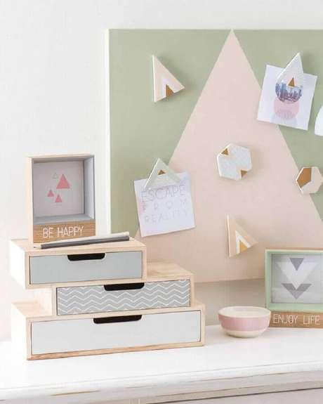 51. Decoração minimalista em tons pastéis com caixas organizadoras pequenas de madeira – Foto: Les Idées de ma maison