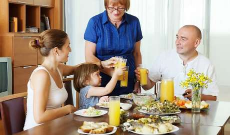 De acordo com Rosana Perim, o ideal é tentar conservar os horários do café da manhã, almoço, lanche da tarde e jantar. Uma dica é, sempre que possível, acompanhar a criança nas refeições.