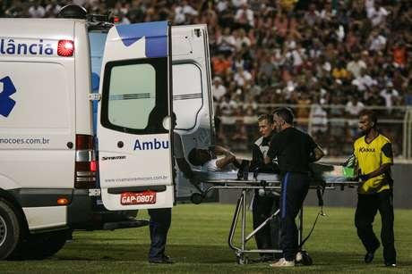 Fessin teve que deixar o campo de ambulância após uma fratura