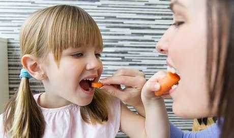 Algumas dicas práticas podem ajudar nas férias. Para começar, dê um bom exemplo aos seus filhos e aproveite para ter uma alimentação saudável ao lado deles.