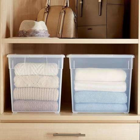 56. Closet organizado com caixa organizadora plástico com tampa – Foto: OrgLady