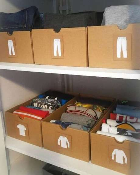 58. Aqui o closet está mais funcional utilizando a caixa organizadora de papelão com etiquetas – Foto: Yandex