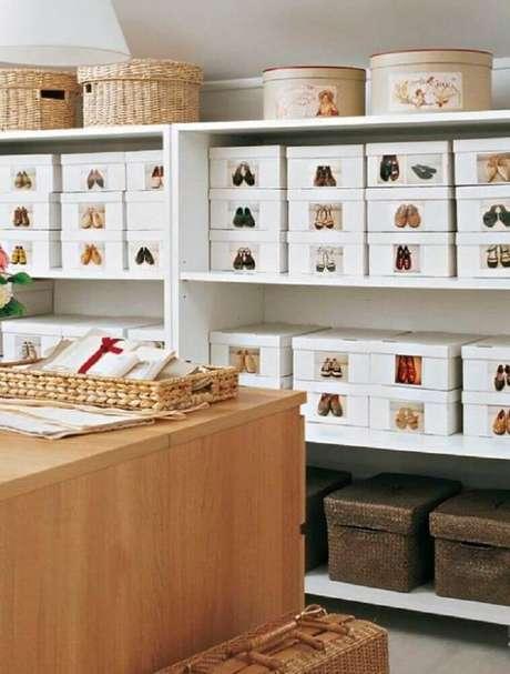 59. Aqui o closet de sapatos também recebeu modelos diferentes de caixas organizadoras e algumas com etiquetas – Foto: Soffitto Moderno