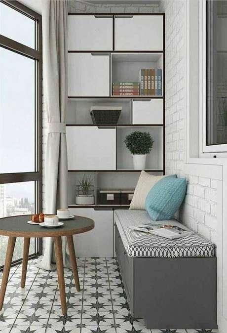 62. Varanda decorada com estante com caixa organizadora grande – Foto: Pinterest