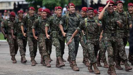 Oficialmente militares não se aposentam, eles passam para a reserva