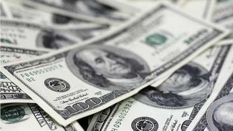 O dólar, que oscilou entre altas e baixas ante o real, operava com leve valorização.