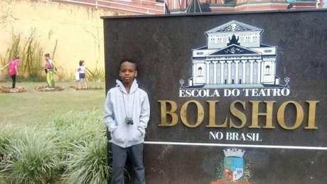O brasileiro Jonathan de Araújo, de nove anos, sonha em estudar balé no Bolshoi.