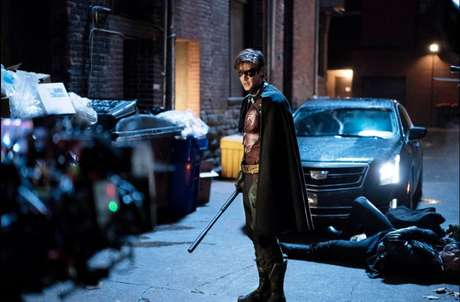 O policial Dick Grayson se transforma emRobin em 'Titãs'.