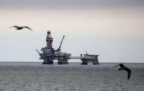 Aves passam por plataforma de petróleo operada pela empresa Lukoil no campo de petróleo de Filanovskogo, no Mar Cáspio 16/10/ 2018. REUTERS/Maxim Shemetov