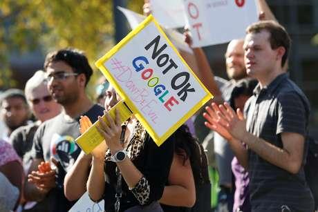 """Um funcionário do Google segura um cartaz durante uma """"paralisação feminina"""" em seus escritórios do Googleplex em protesto contra o pagamento de um grande valor  o chefe do Android, Andy Rubin, bem como preocupações com vários outros gerentes que supostamente se envolveram em má conduta sexual na empresa./11/ 2018. REUTERS/Stephen Lam"""