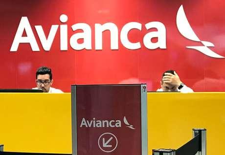 Funcionários da Avianca Brasil em guichê de check-in da companhia aérea no Aeroporto Internacional Afonso Pena, no Paraná. 13/12/2018. REUTERS/Paulo Whitaker.