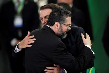 Presidente Jair Bolsonaro e chanceler Ernesto Araújo se abraçam durante a posse 01/01/2019 REUTERS/Ueslei Marcelino