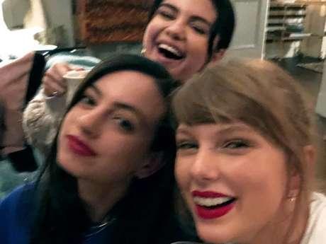 Taylor Swift compartilha foto com Selena Gomez em seu Instagram