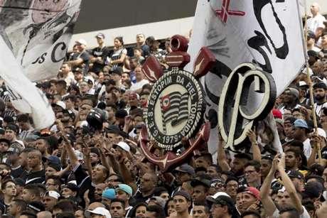 Torcida do Corinthians faz festa durante treino na Arena (Foto: Daniel Augusto Jr./Ag. Corinthians)
