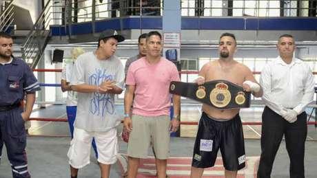 Dom Garcia posa com o cinturão de campeão brasileiro de boxe, conquistado em 2018 (Foto: Divulgação)