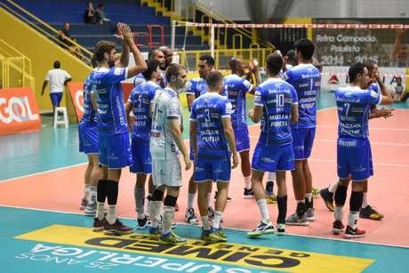Jogadores do Taubaté comemoram a vitória (Foto: Renato Antunes / Maxx Sports)