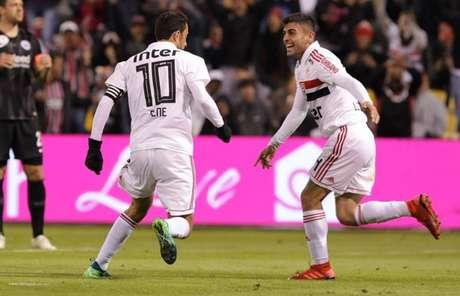 Liziero comemora com Nenê o gol marcado pelo camisa 10 contra o Eintracht Frankfurt - Rubens Chiri/saopaulofc.net