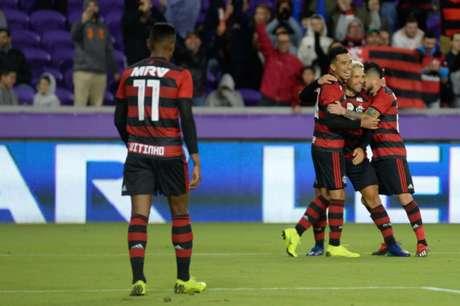 Uribe é celebrado por companheiros: colombiano começou 2019 em alta (Foto: Alexandre Vidal/Flamengo)