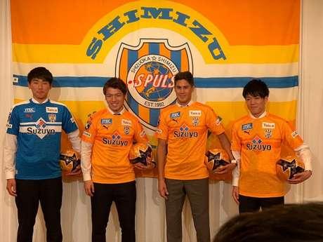 Elsinho (segundo da direita para a esquerda) é mais um dos contratados pelo Shimizu S-Pulse (Divulgação)