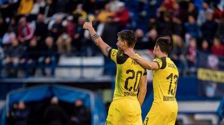 Philipp e Guerreiro, autores dos gols do Borussia, celebram (Foto: Reprodução/Borussia Dortmund)
