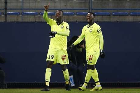 O marfinense Nicolau Pepé (à esq.) foi o destaque da vitória do Lille (Foto: AFP)