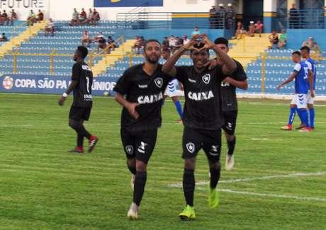 Rhuan comemora um dos gols que marcou na partida (Foto: Fábio de Paula/Botafogo)
