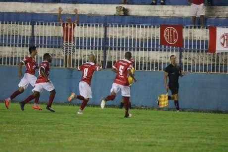 Jogadores do América-RJ comemoram gol sobre o Goytacaz pelo Carioca nesta quinta (10)
