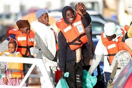 Migrantes a bordo de navio da ONG Sea Watch